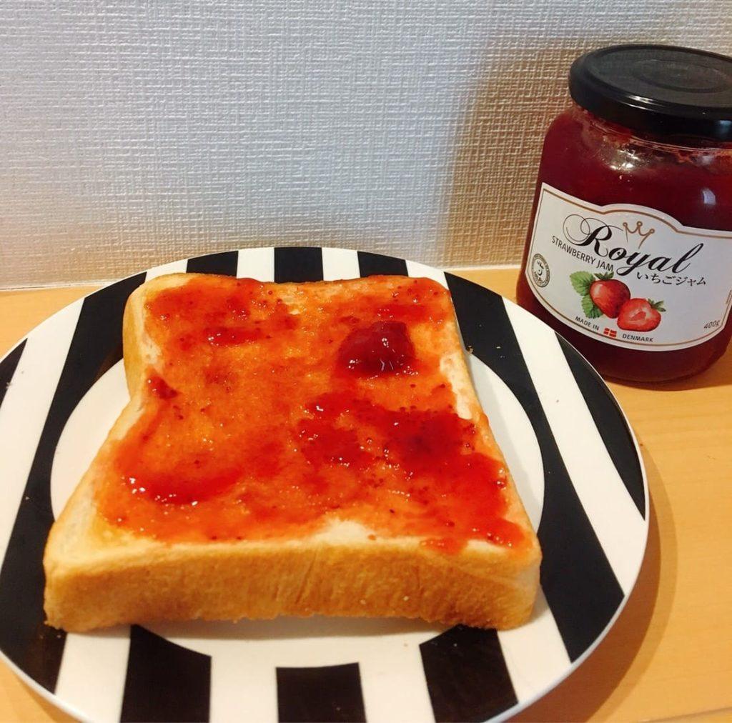 パンに塗ったいちごジャム